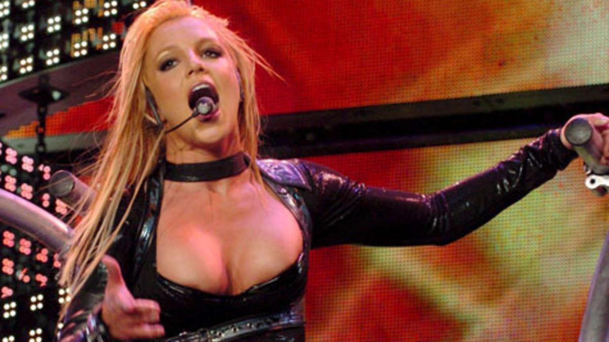 Britney spießt nackte Brüste
