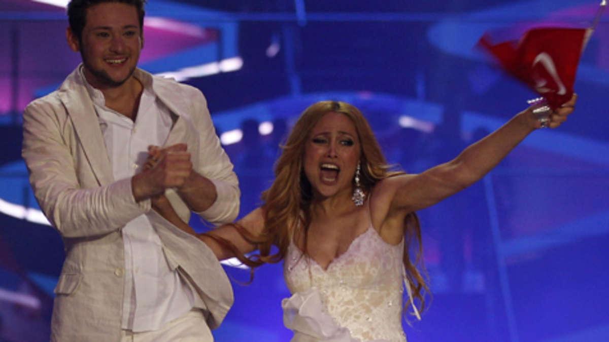 Huch! Slip-Blitzer bei Eurovision-Siegerin | Stars