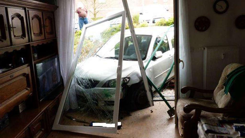 park unfall 81 j hrige landet mit ihrem auto im wohnzimmer auto. Black Bedroom Furniture Sets. Home Design Ideas