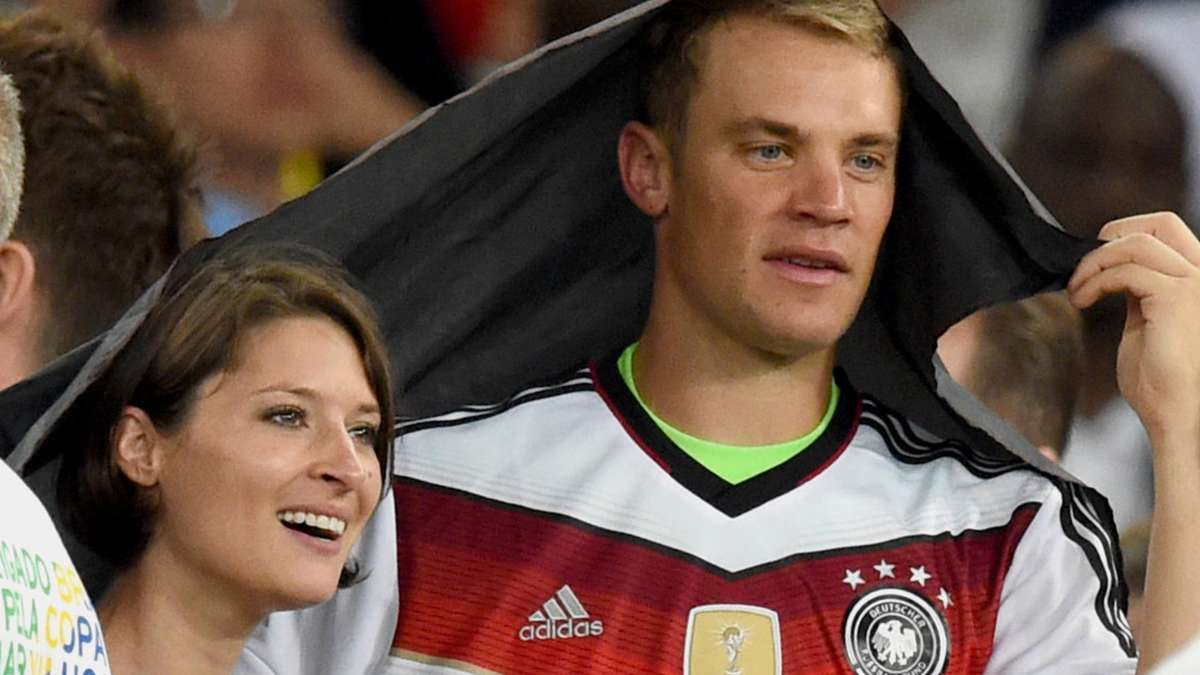 liebes aus bei fu ball weltmeister manuel neuer stars. Black Bedroom Furniture Sets. Home Design Ideas