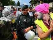 Friedlicher Protest: Als Clowns verkleidete Demonstranten in Garmisch-Partenkirchen. Foto: Karl-Josef Hildenbrand