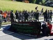 Demonstranten blockieren die Bundesstraße 2 zwischen Garmisch-Partenkirchen und Elmau. Foto: Süddeutsche Mediengesellschaft
