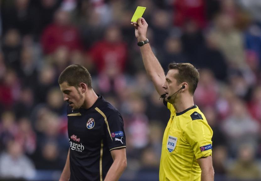 Ademi is shown a yellow card; photo: tz.de