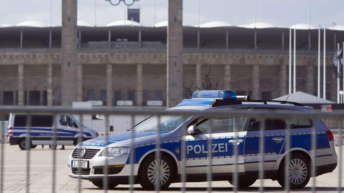 1500 polizisten sichern l nderspiel deutschland gegen england in berlin fu ball. Black Bedroom Furniture Sets. Home Design Ideas