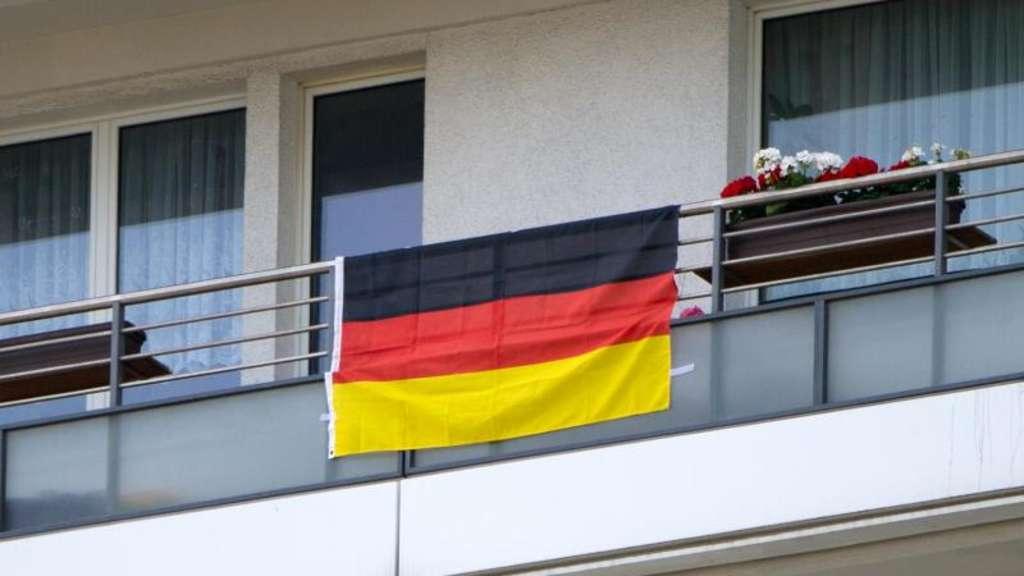 em deko am balkon was mieter beachten m ssen fu ball em. Black Bedroom Furniture Sets. Home Design Ideas