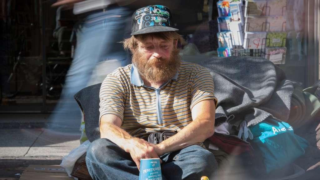 Stadt nimmt obdachlosem spielzeug eisenbahn weg welt