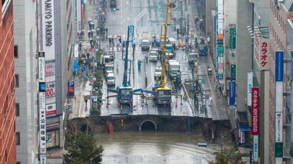 Straße in Fukuoka in Japan stürzt ein und hinterlässt Riesen-Krater