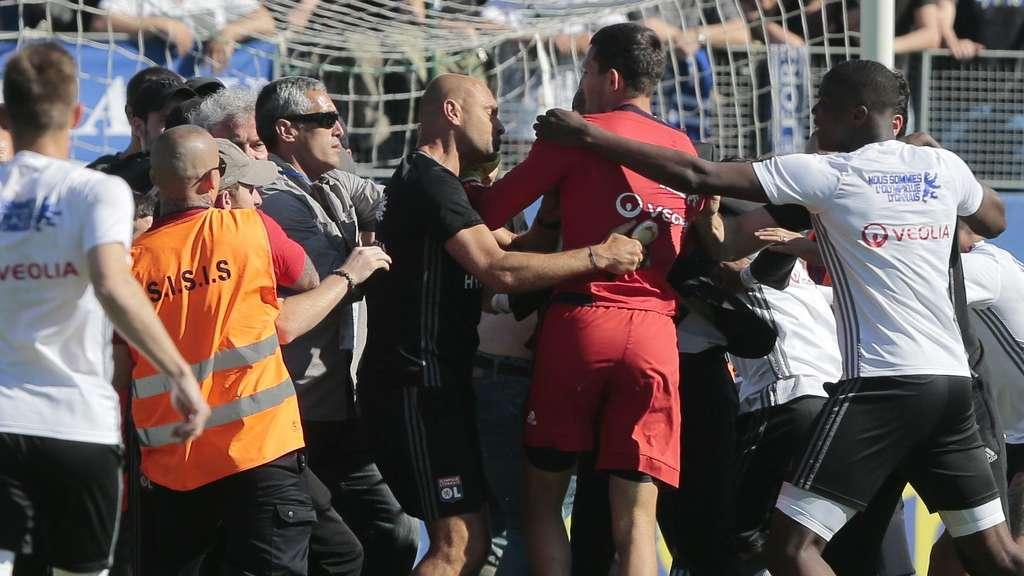 Bastia-Anhänger attackieren Lyon-Spieler beim Aufwärmen