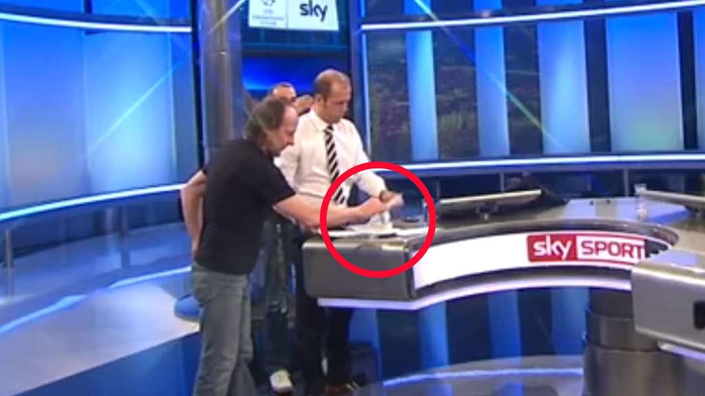 Sky-Moderator lässt seinen Kaffee umrühren