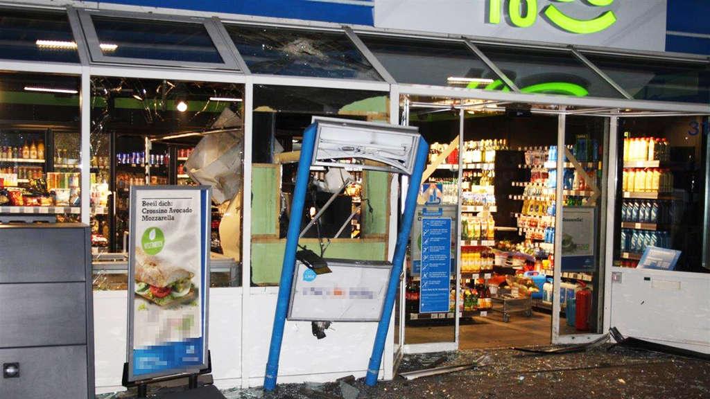 Der Eingang der Tankstelle in Krefeld lag in Trümmern