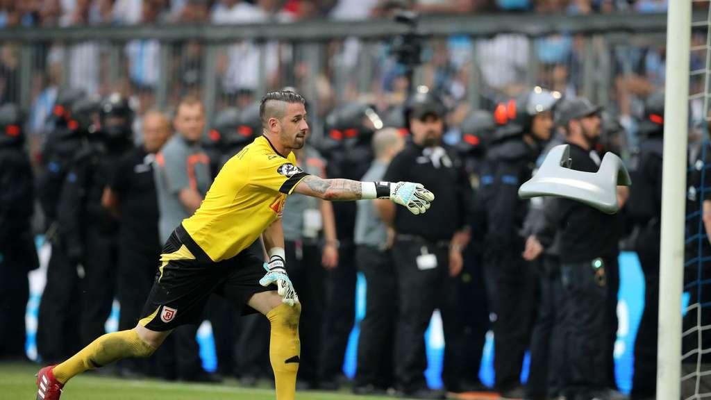 Polizisten verletzt - Skandal-Spiel in München! 1860-Fans drehen durch