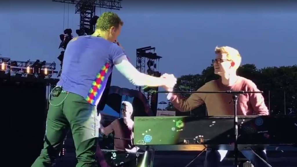 Coldplay-Fan Ferdinand darf beim Konzert in München auf der Bühne mitspielen