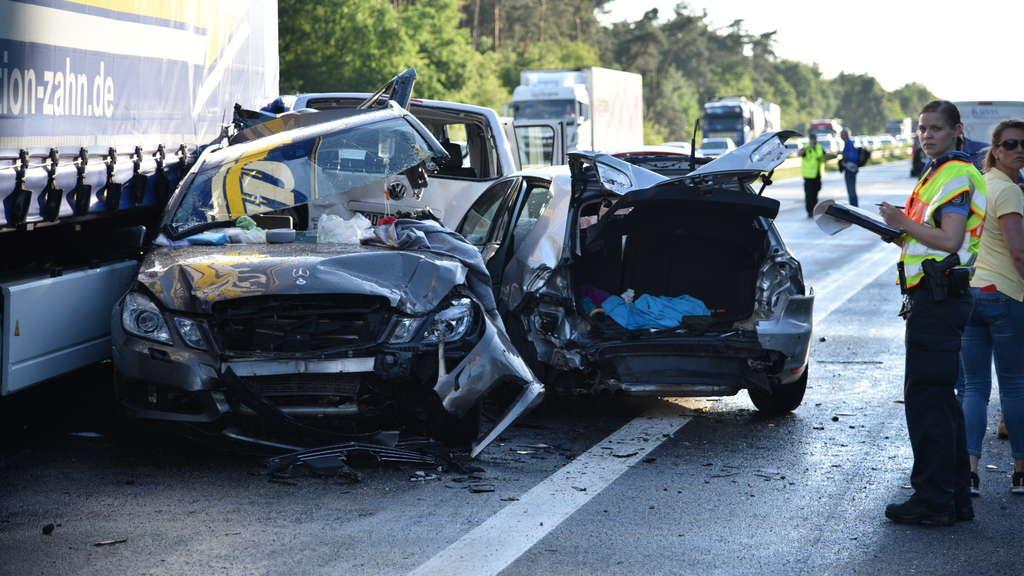 Fahrzeuge demoliert - Unfallserie auf Autobahn in Hessen