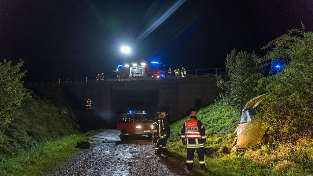 Sportwagen überschlägt sich auf Autobahn: zwei Schwerverletzte