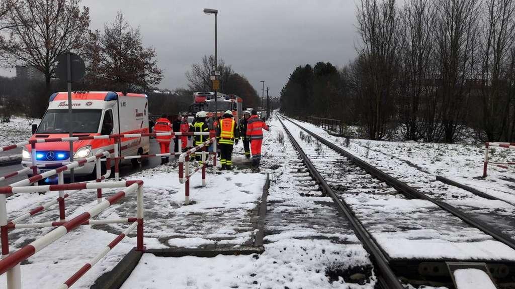 Frau mit Hund an Bahnübergang von Lok erfasst: Beide sterben