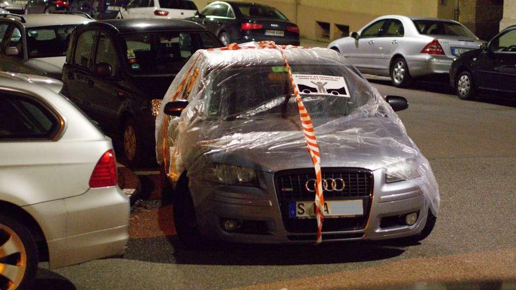 Ärger über Falschparker: Anwohner packen Autos in Plastik