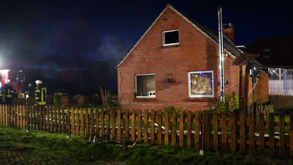 Feuer in Wohnhaus ausgebrochen! Eltern und zwei kleine Kinder kämpfen ums Überleben