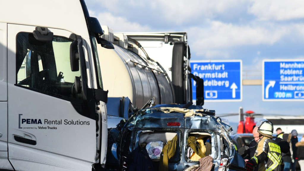 Schwerer Verkehrsunfall auf der A5 reißt Familie in den Tod