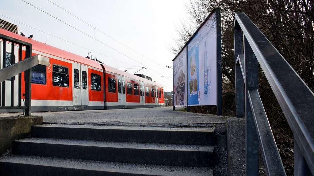 Sog von Regionalzug reißt zwei Männer von Bahnsteig