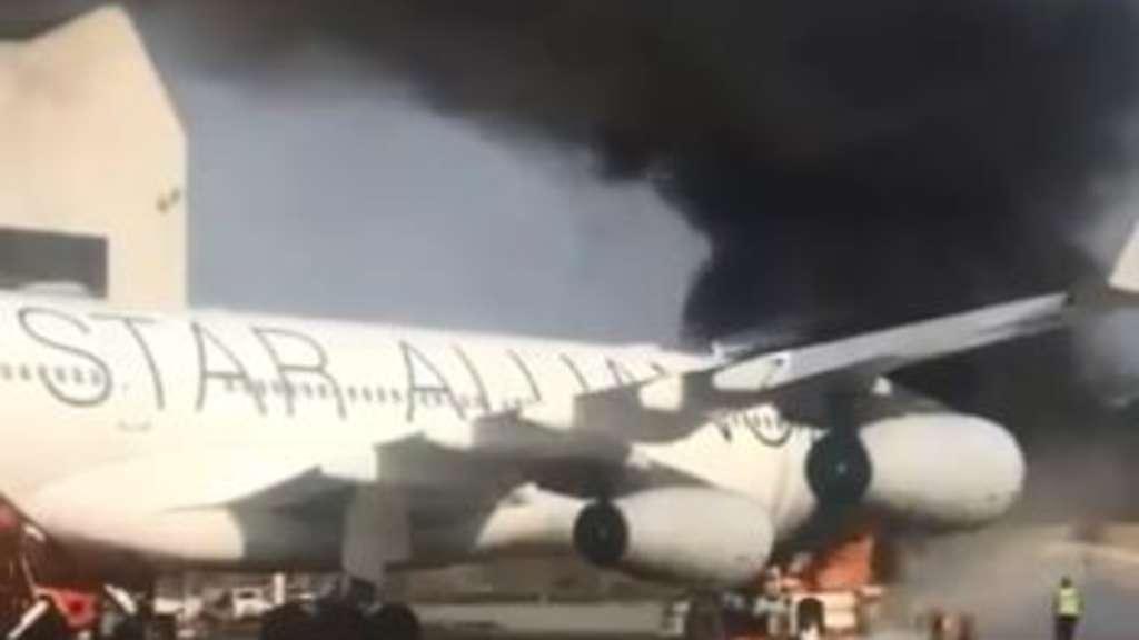 Rauchsäule am Frankfurter Flughafen - Flugzeugschlepper in Brand | Frankfurt