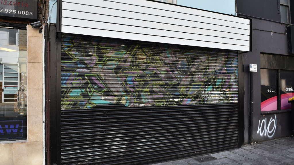 Schredder im Rahmen zerstört millionenteures Bild: Wie Banksy die Selbstzerstörung plante