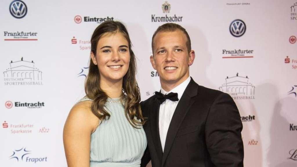Fabian Hambüchen mit seiner Freundin Nina auf dem roten Teppich