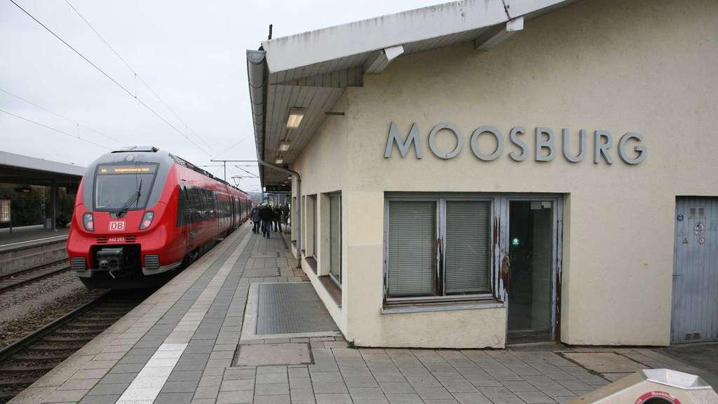 Deutsche Bahn: Pendlerin strickt einen Verspätungsschal