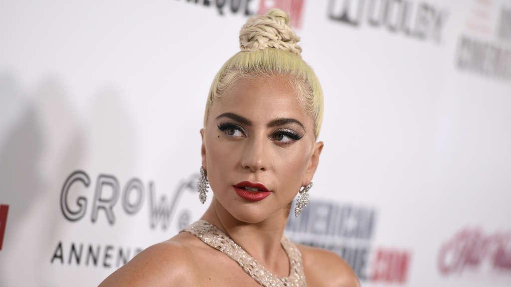 Popstar stürzt von der Bühne