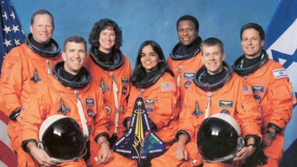 Das offizielle Teamfoto der Columbia-STS-107-Mission: (von links nach rechts) David Brown, Commander Rick Husband, Laurel Clark, Kalpana Chawla, Michael Anderson, Pilot William McCool und Ilan Ramon