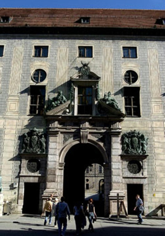 4bf00287f4969a Schlaf Heute darf sich jeder hier sonnen und am größten Innenstadtschloss  Deutschlands erfreuen.