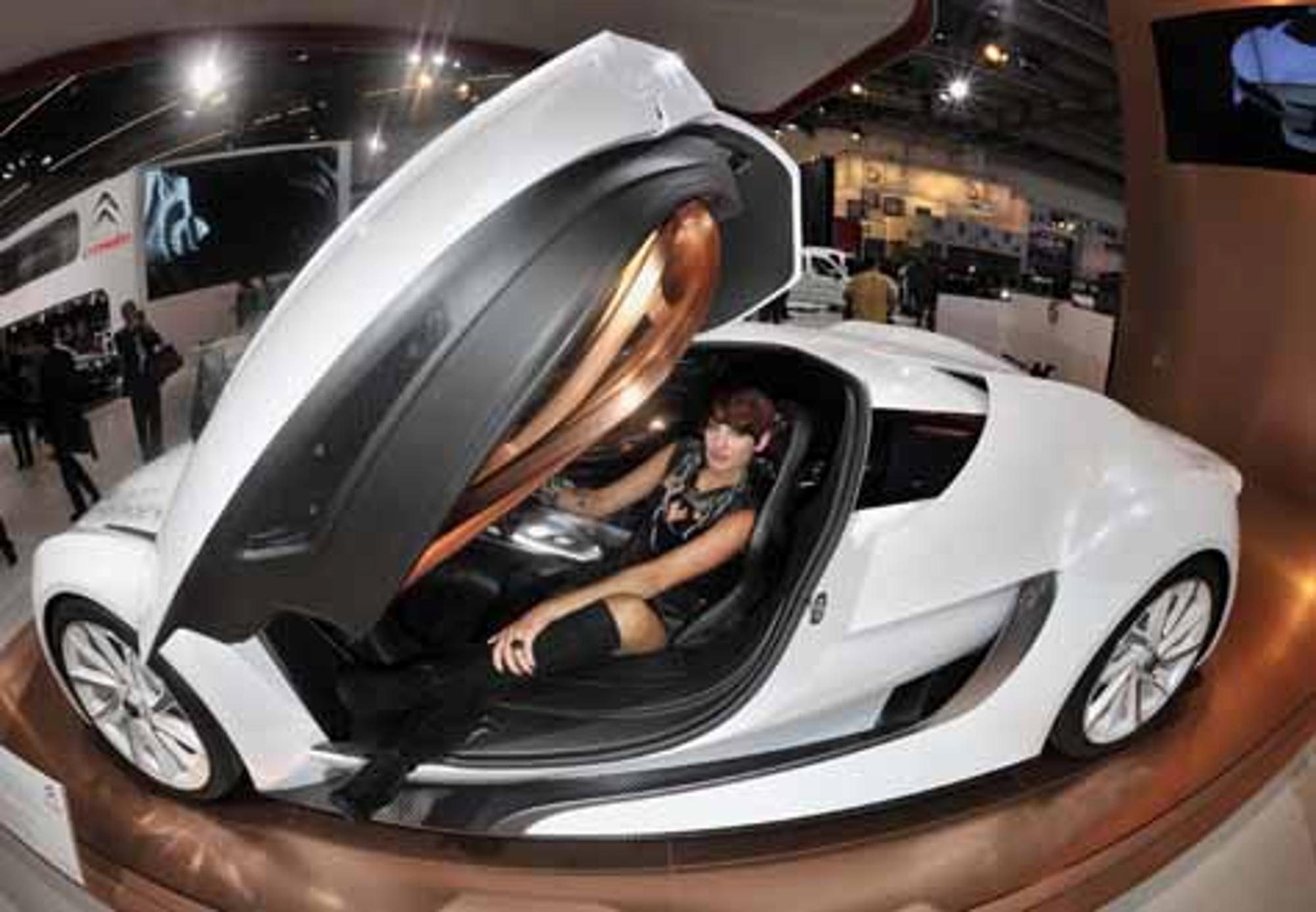IAA: Schöne Frauen und schnelle Autos   Welt