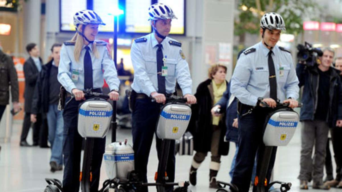Mit dem E-Roller auf Streife: Bundespolizei am Flughafen ...