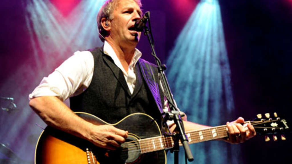 m nchen hollywood star kevin costner mit seiner band im. Black Bedroom Furniture Sets. Home Design Ideas
