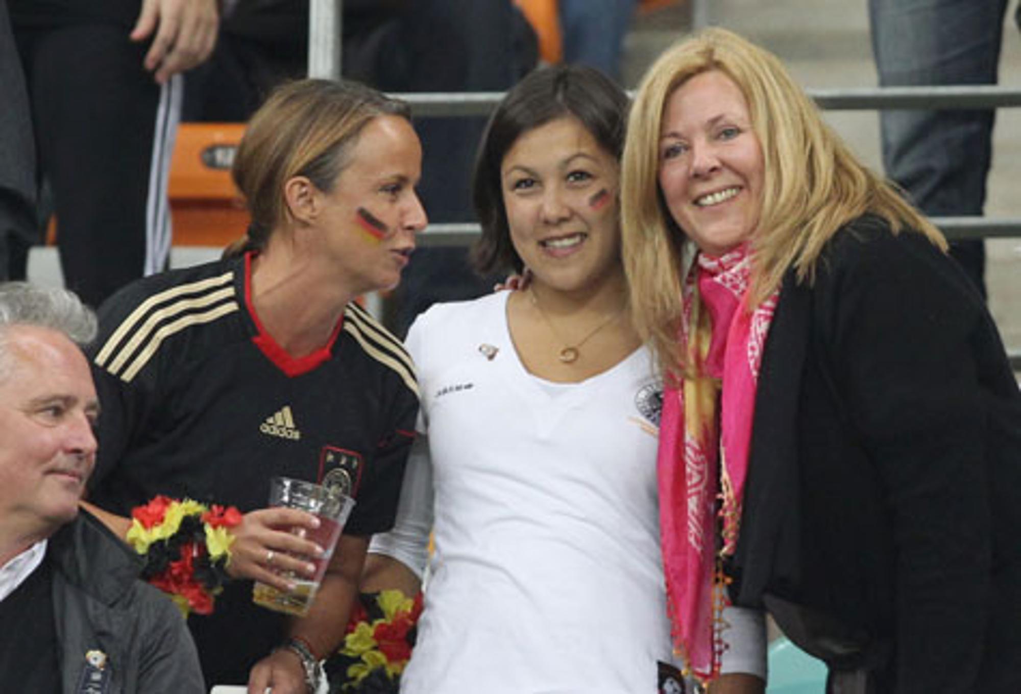 Daniela Löw Und Die Spielerfrauen Auf Der Tribüne Fußball