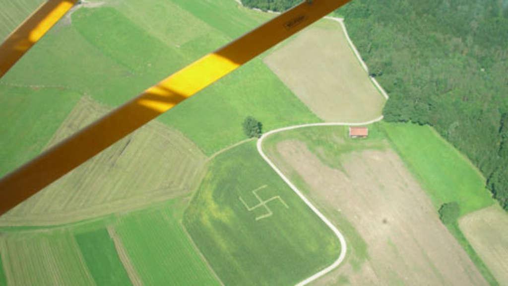 Aßling Ez Entdeckt Riesen Hakenkreuz In Maisfeld Bayern