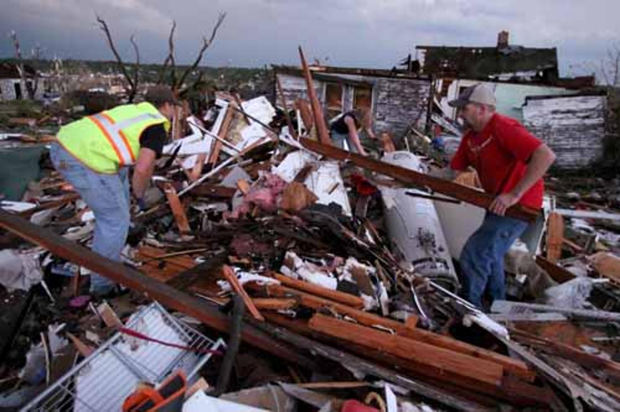 tornado dead body pictures - 948×631