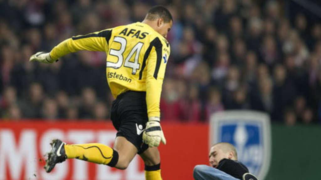 Eklat Bei Ajax Spiel Keeper Tritt Fan Spielabbruch Fussball