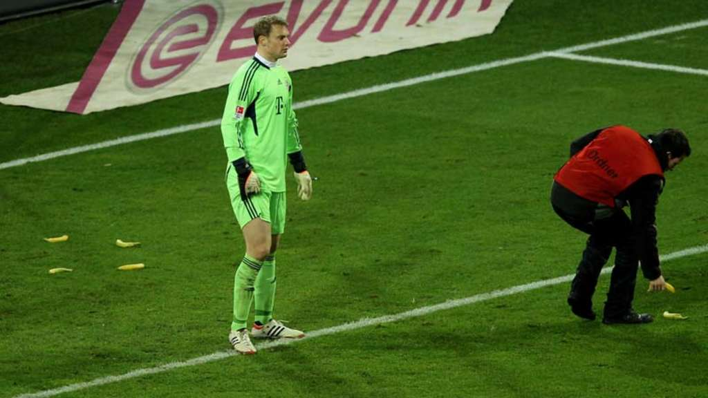 Fc Bayern Torwart Manuel Neuer In Dortmund Mit Bananen Beworfen Fc