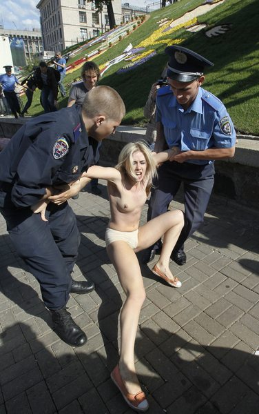 Mit penis nackt frauen Ein Mädchen