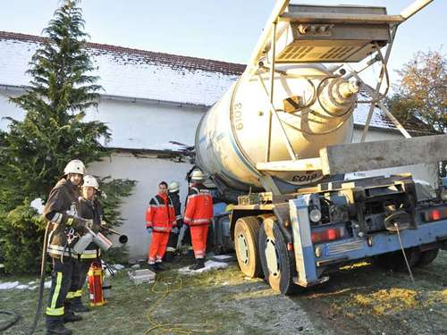 Puch: Laster rast in Hauswand