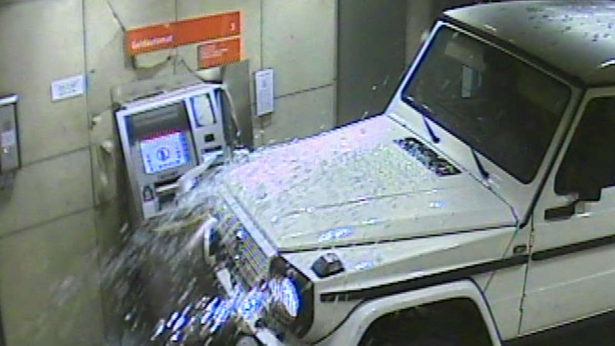 polizei t ter haben versucht mit gel ndewagen einen geldautomaten zu knacken auto. Black Bedroom Furniture Sets. Home Design Ideas