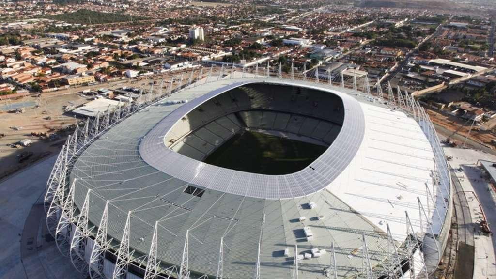 brasilien er ffnet erstes wm stadion fu ball. Black Bedroom Furniture Sets. Home Design Ideas