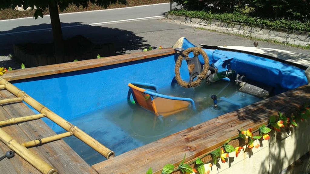 polizei stoppt einen zum pool umgebauten bmw auto. Black Bedroom Furniture Sets. Home Design Ideas