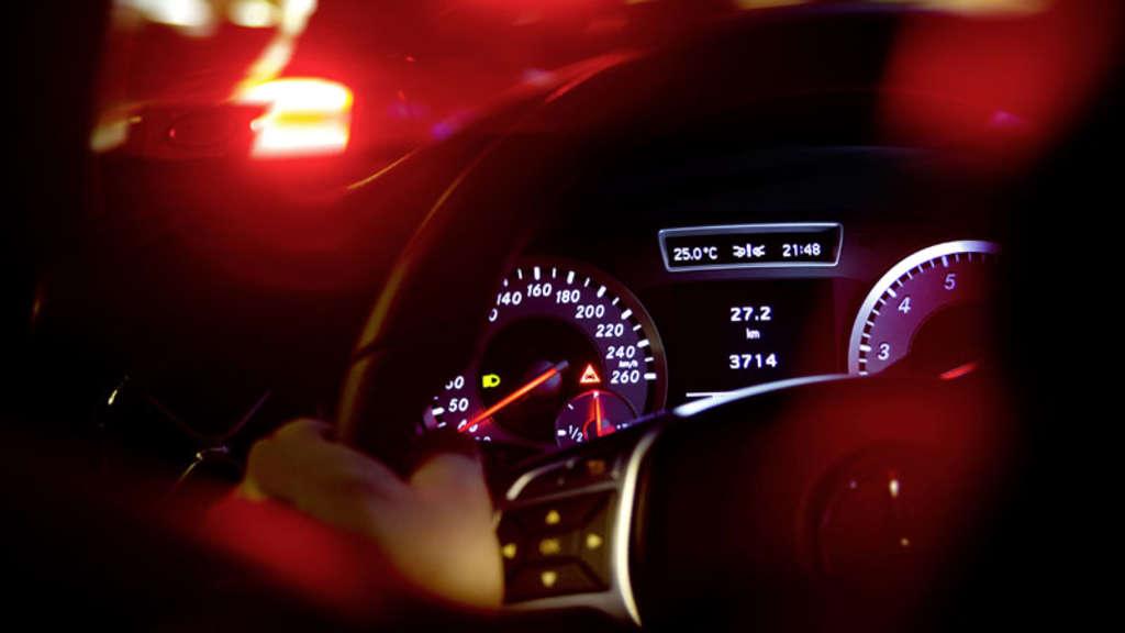 Warnleuchten im Auto-Cockpit werden von Autofahrer nicht erkannt ... | {Auto cockpit straße 63}