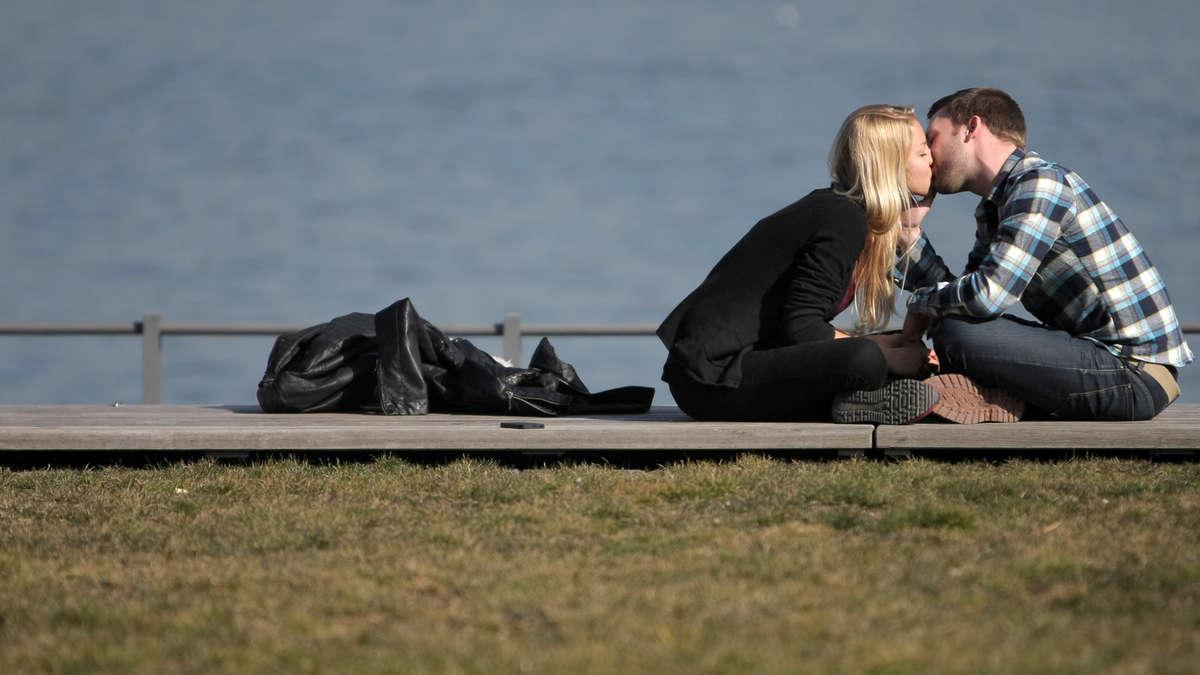 ältere frauen suchen junge männer dating frauen urteilen strenger