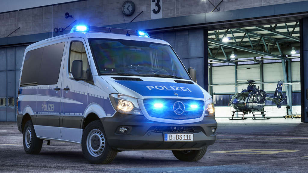 mercedes sprinter mit blaulicht f r die bundespolizei auto. Black Bedroom Furniture Sets. Home Design Ideas