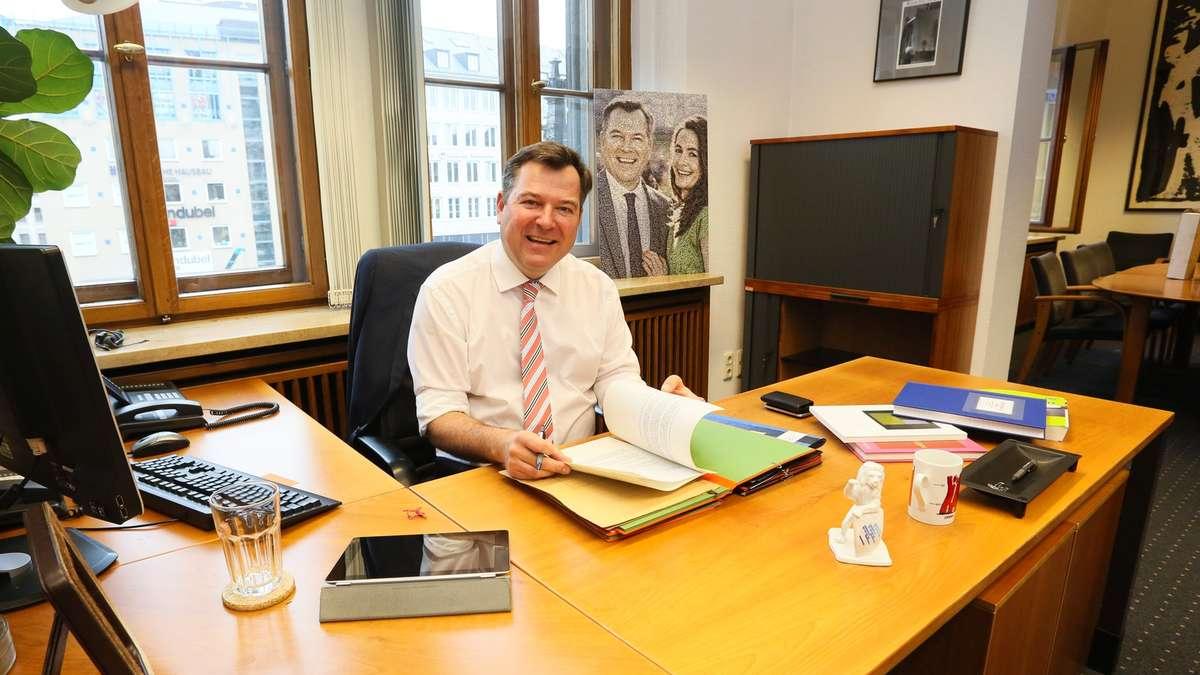 München: Bürgermeister Josef Schmid bezieht sein Büro im Rathaus ...