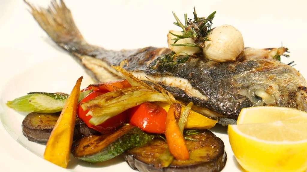 rezepte fisch auf mediterrane art dorade vom grill mit pfannengem se gastro. Black Bedroom Furniture Sets. Home Design Ideas