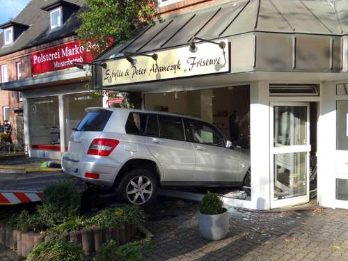 Filmreifer Crash! Auto donnert in Friseursalon