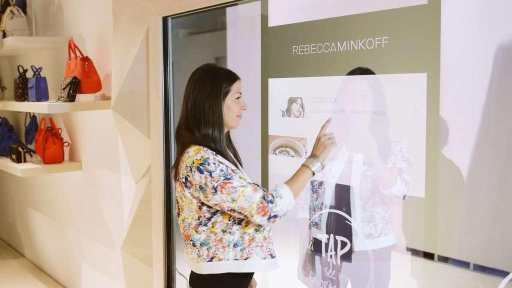 schlaue umkleidekabine mit touchscreen spiegel multimedia. Black Bedroom Furniture Sets. Home Design Ideas
